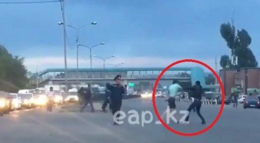 Двое мужчин устроили драку прямо на перекрестке в Алматы
