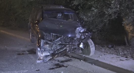 Lexus врезался в дерево и едва не взорвался в Алматы