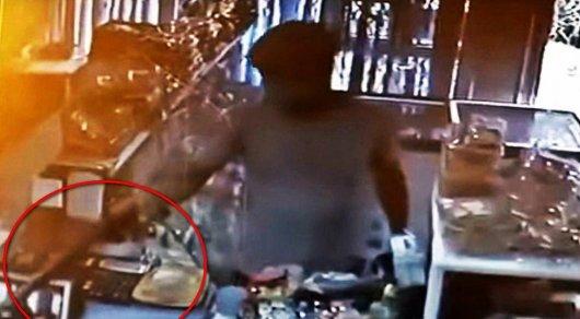 Ограбление магазина в Актау попало на видео