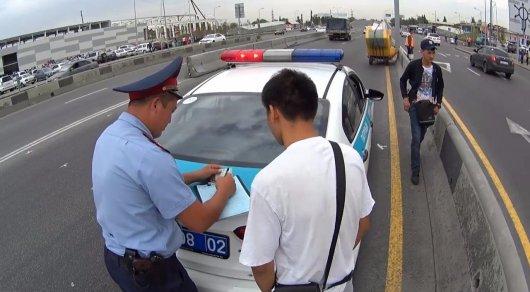Как полицейские штрафуют пешеходов в Алматы