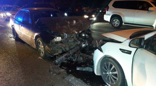 Женщина на KIA перепутала педали и столкнулась в лоб с BMW в Алматы