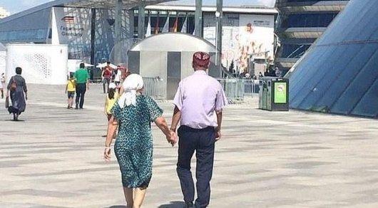 """""""Держись за руку, а то потеряешься"""". Пожилую пару сфотографировали на EXPO"""