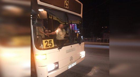 Водитель автобуса в Костанае не выпускал ребенка из-за 40 тенге