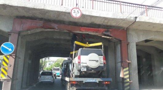 Курьез с застрявшим под мостом полицейским эвакуатором объяснили в ДВД Алматы