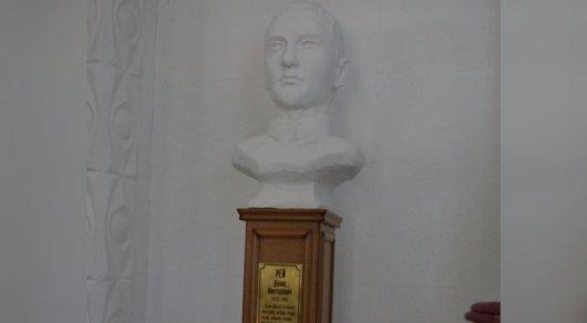 Памятник пограничнику Денису Рею хотят убрать из колледжа в Павлодарской области