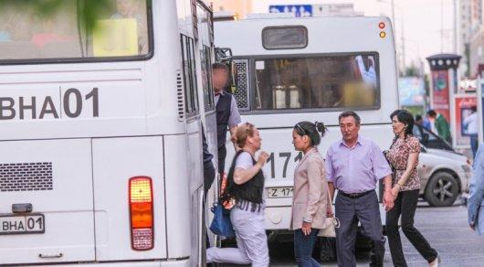 Водитель объяснил, почему женщина выпала из его автобусав Астане