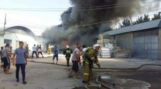 Больше часа тушили пожар в одном из складов на рынке в Шымкенте