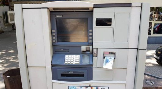 Алматинец вернул забытые кем-то в уличном банкомате деньги