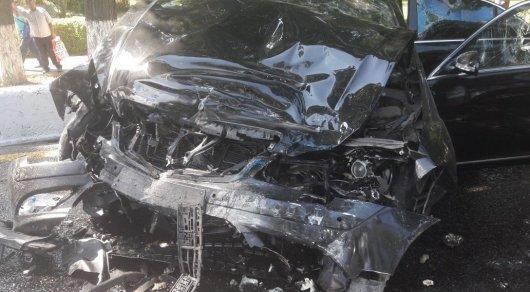 Жуткое ДТП с автобусом произошло в Алматы: Девушка на Mercedes вылетела на встречку