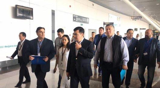 Женис Касымбек и Асет Исекешев провели совещание в аэропорту