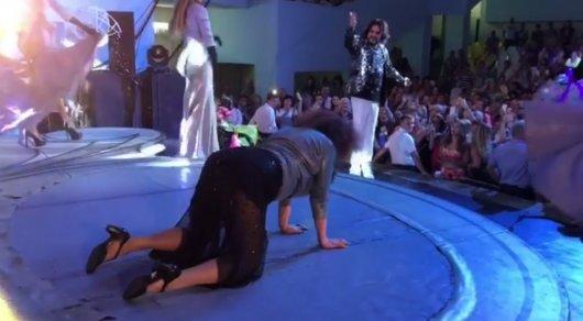 Фанатка прорвалась на сцену и устроила эротические танцы на концерте Киркорова