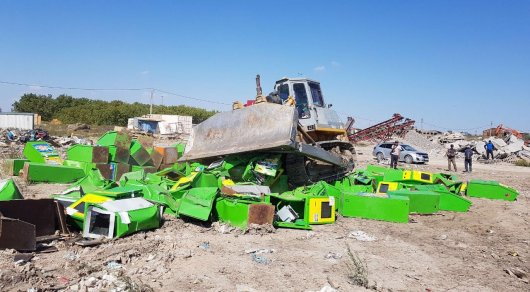 Бульдозер уничтожил 105 игровых автоматов в Астане