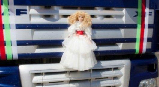 Свадебный кортеж из огромных грузовиков удивил жителей Семея