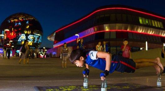 11-летний мальчик установил мировой рекорд по отжиманиям на бутылках в Астане
