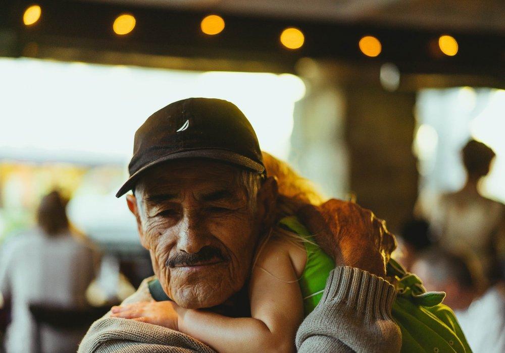 Внучка подняла деду
