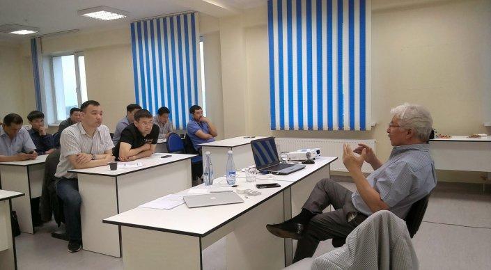 Джолдас Кульджанов читает лекцию студентам в Астане. © ukc-astana.kz