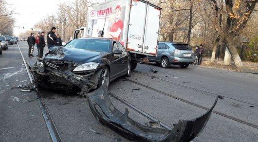 «Газель» ударила Mercedes иупала сверху— ДТП вАлматы