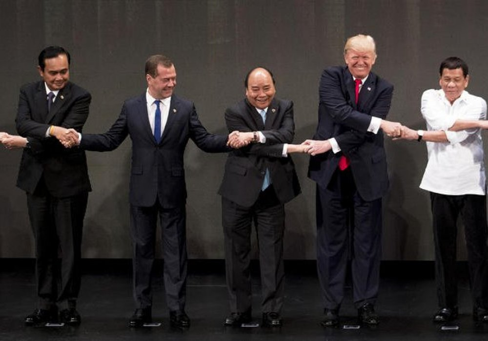 Дмитрий Медведев дважды испортил групповое фото президентов