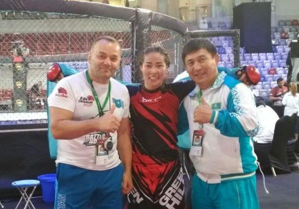 Учительница из Талдыкоргана победила в первом бою на чемпионате мира по ММА