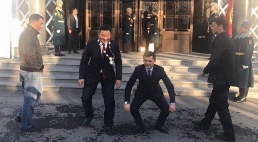 Кто примерил нагрудный знак президента— Скандал вКыргызстане