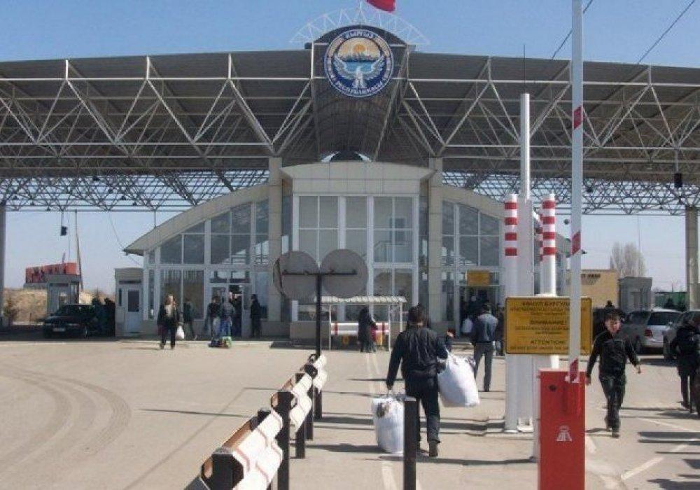 Инспекторы получали взятки за провоз продуктов на границе Казахстана с Кыргызстаном