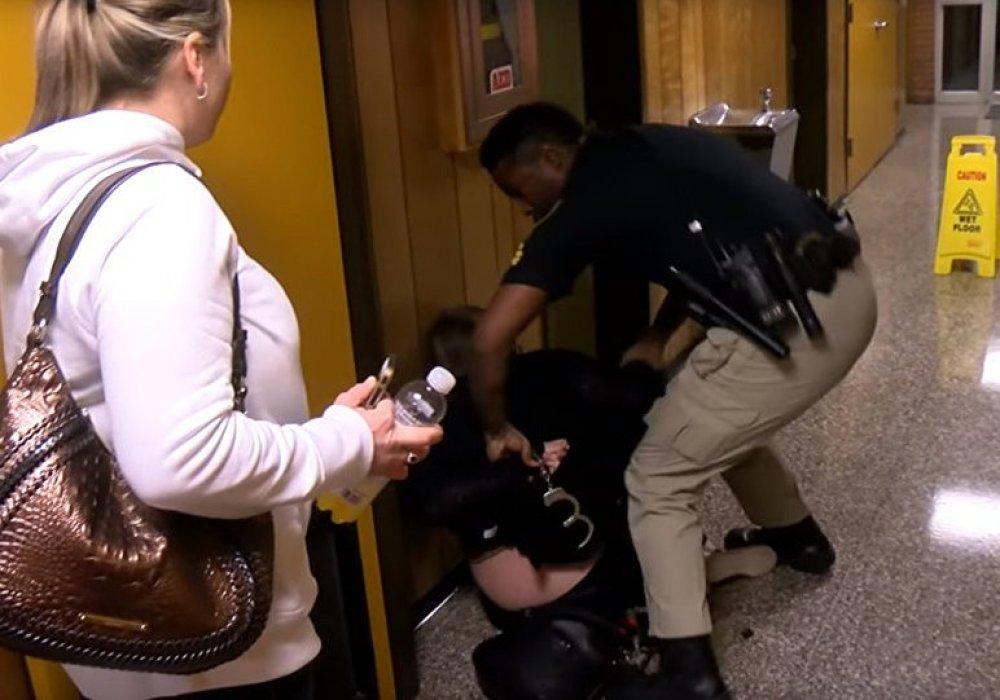 В США учительницу арестовали прямо на школьном собрании после жалобы на зарплату