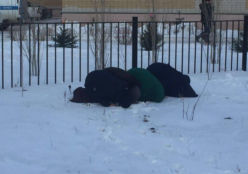 Фото молящихся возле школы в Актобе женщин прокомментировали в министерстве