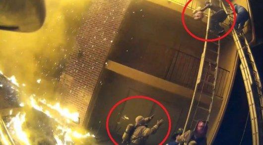 Пожарный поймал девочку, сброшенную с3 этажа горящего дома