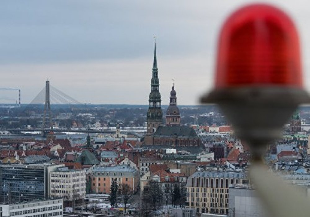 В Латвии требуют снизить зарплату врачам