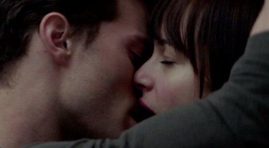 Кино поцелуй языком секс