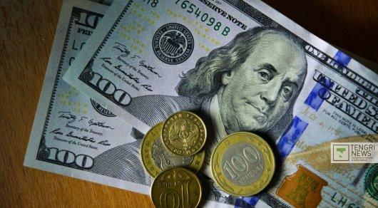 Доллар торгуется ниже отметки в320 тенге