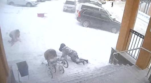 ВЗаполярье 1,5-годовалая девочка спасла мать отобрушения снега