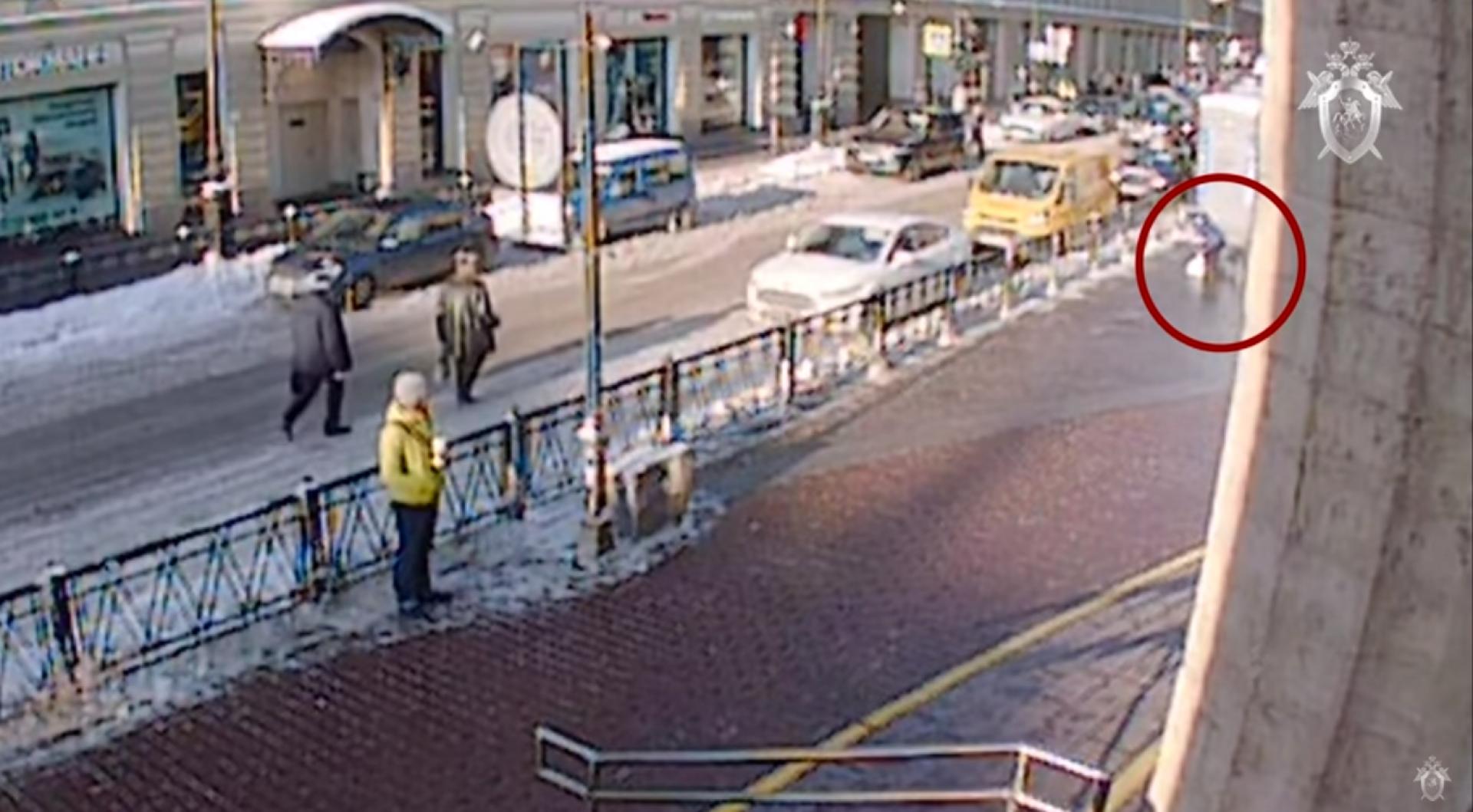 Слежка девушек на улицах видео