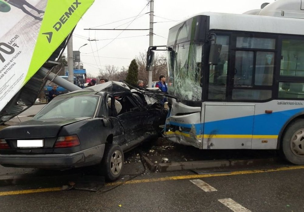 Автобус столкнулся с Mercedes в Алматы: 8 человек пострадали