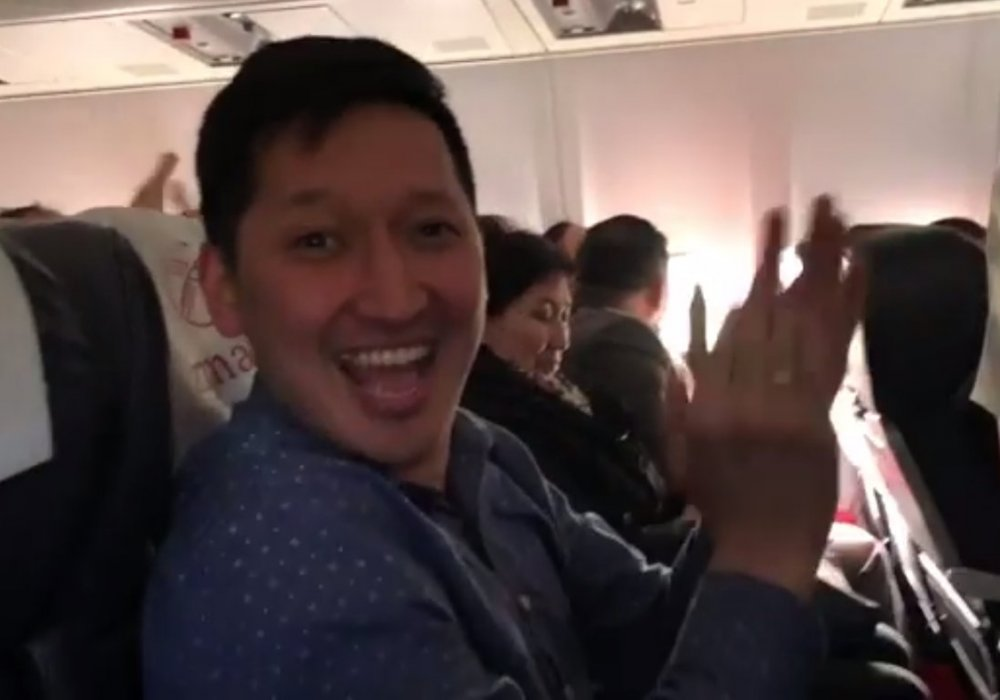 Президент Кыргызстана полетел обычным рейсом и удостоился аплодисментов