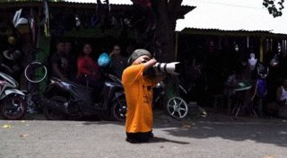 Кадр из видео The Photographer Capturing Indonesia With No Hands or Legs