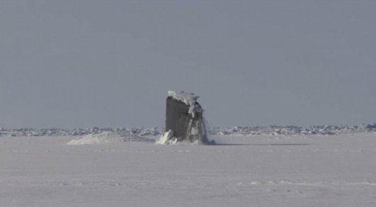 Навидео сняли, как подлодка всплывает вАрктике, пробивая лед
