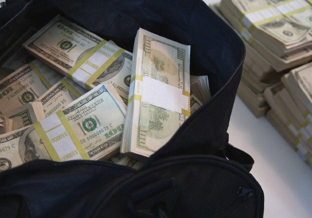 130 тысяч долларов вытащили из авто бизнесмена в Алматы