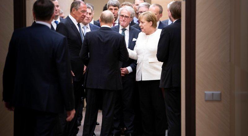Путин оскорбил Меркель своим подарком - Bild