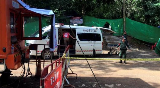 Cотрудники экстренных служб выведут оставшихся впещере вТаиланде детей итренера вовторник