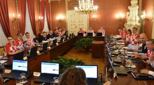 Члены руководства Хорватии провели совещание вфутболках национальной команды