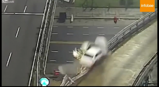 Шокирующий вылет авто сэстакады попал навидео