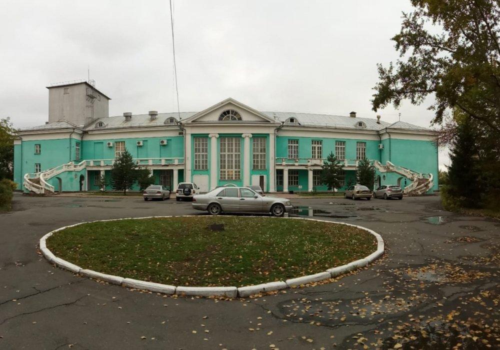 Одно из самых красивых зданий Петропавловска незаметно разрушается