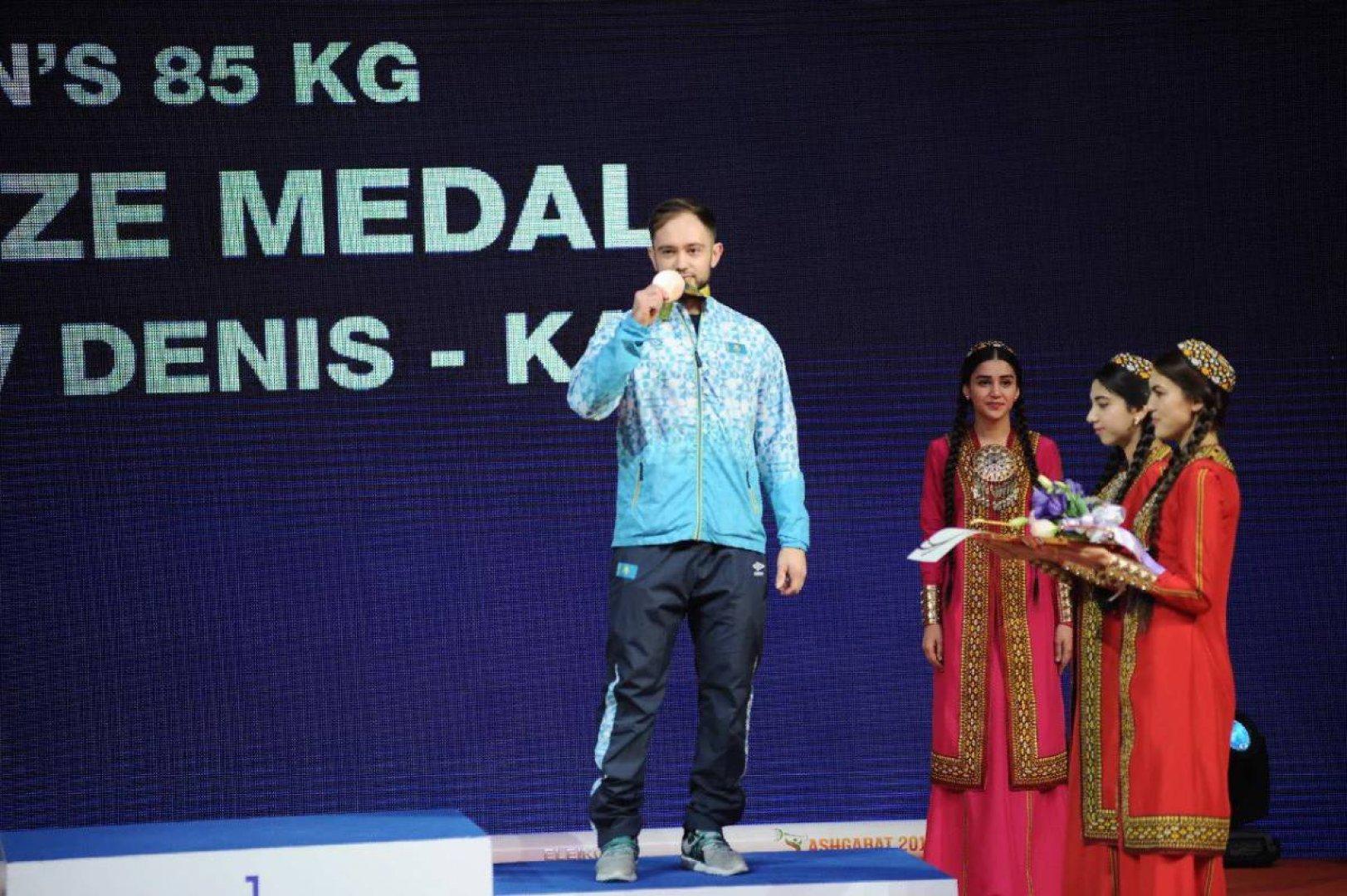 Казахстанскому тяжелоатлету Денису Уланову вручили медаль ОИ-2016