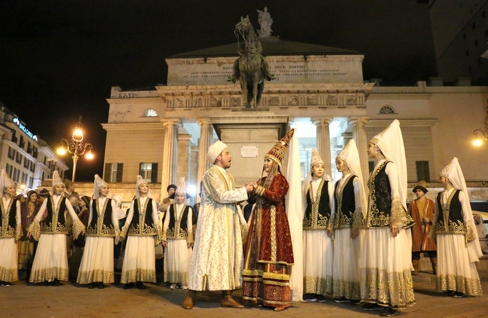 """Артисты """"Астана Опера"""" удивили итальянцев выступлением на улице в Генуе"""