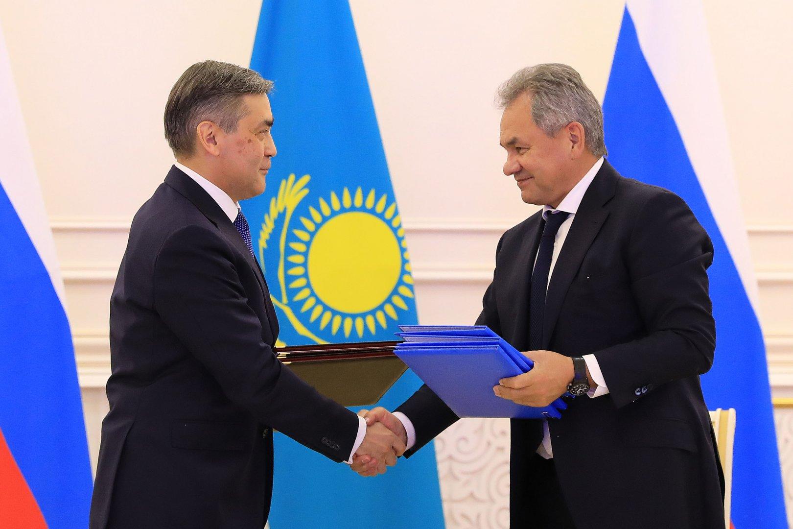 Министр обороны Казахстана встретился с главой оборонного ведомства России