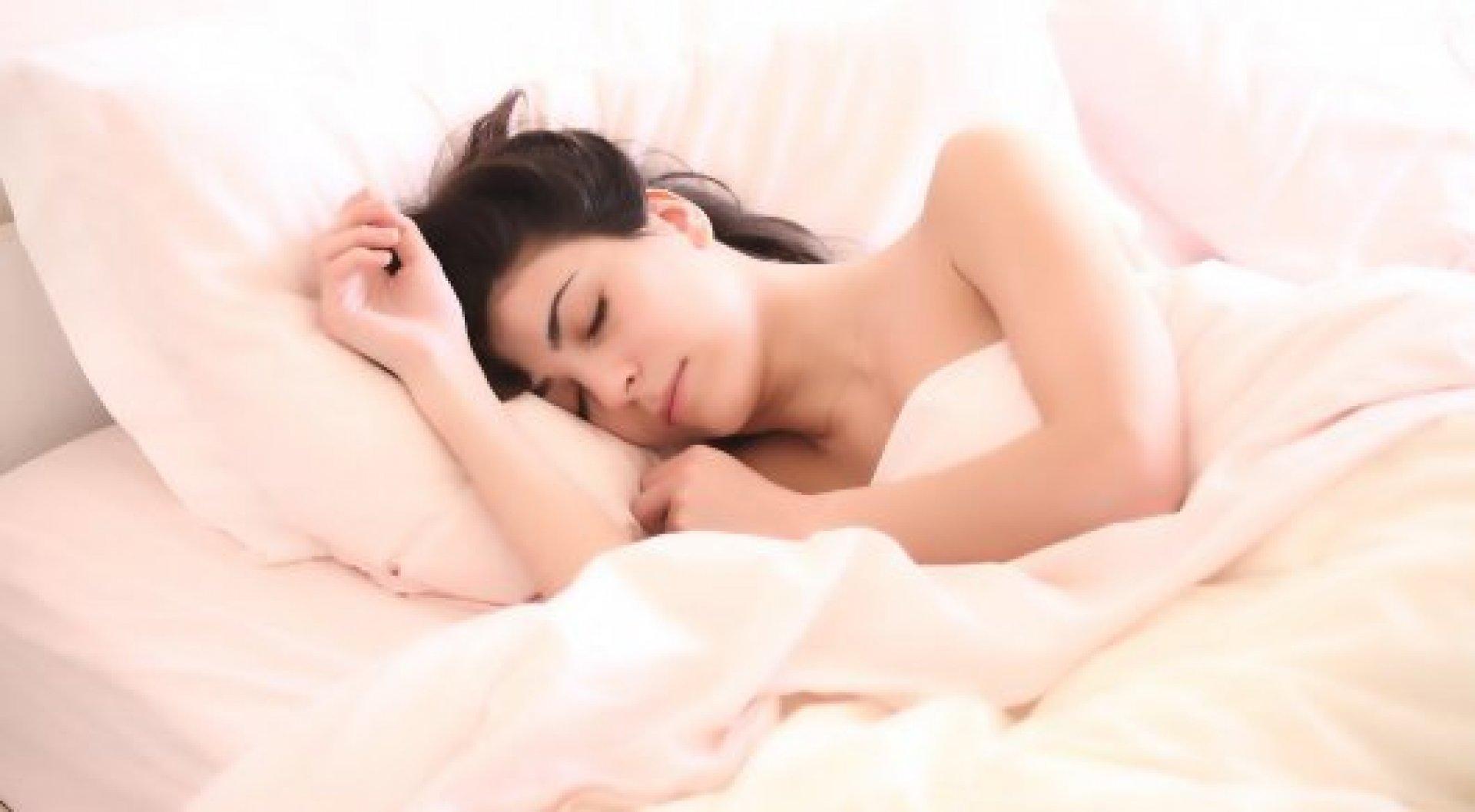 Сон при свете повышает риск рака - ученые