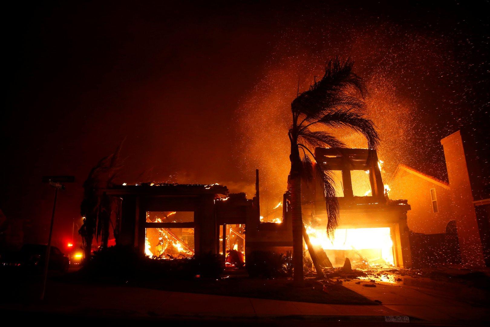 Мощный пожар в Калифорнии уничтожил город, есть пострадавшие - СМИ