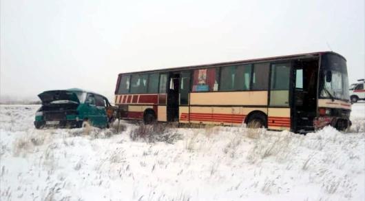 Два автобуса столкнулись на трассе под Карагандой: погибли три человека