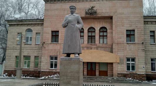 В Алматы появился памятник Сталину